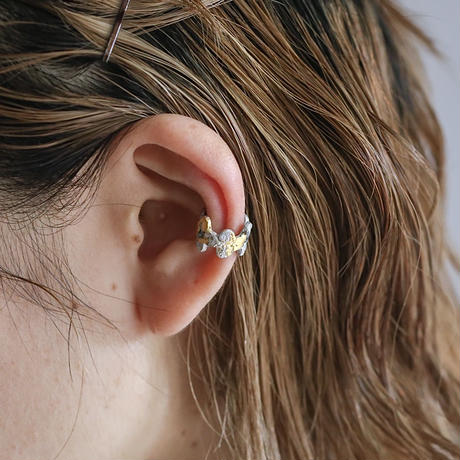 Jona    tenten  monogram ear cuff / white