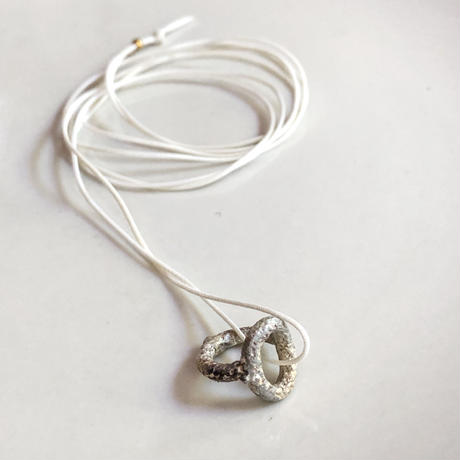Jona  / yubiwa baby ring pendant / white