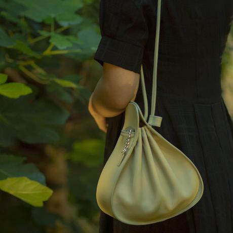 手触りの良い牛革をふんだんに使用した2WAYバック flat purse shoulder