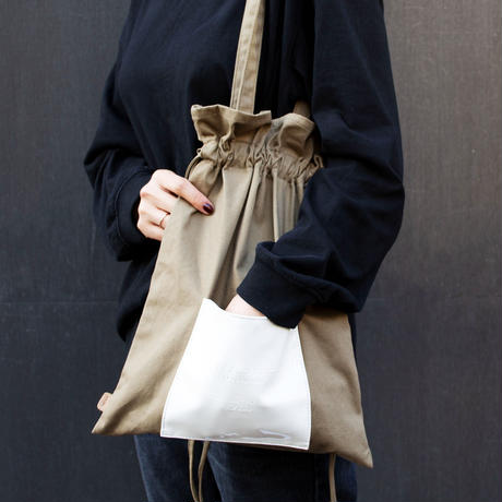 春夏のコーディネートに合わせやすいライトなキャンバス素材 Kinchaku cvs tote