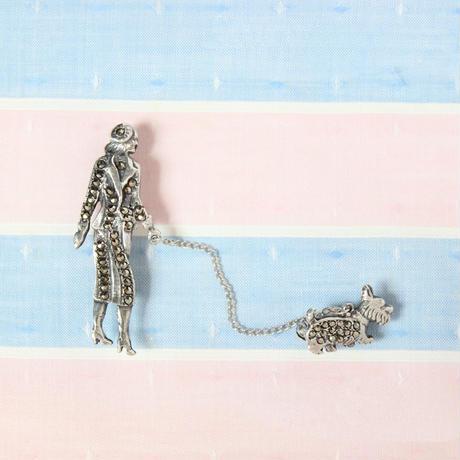 レディと犬の散歩ブローチ*marcasite