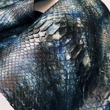 ヘビ革【一匹】絞り染黒&ブルー/半ツヤ仕上げ/Dパイソン背割り/ 0287