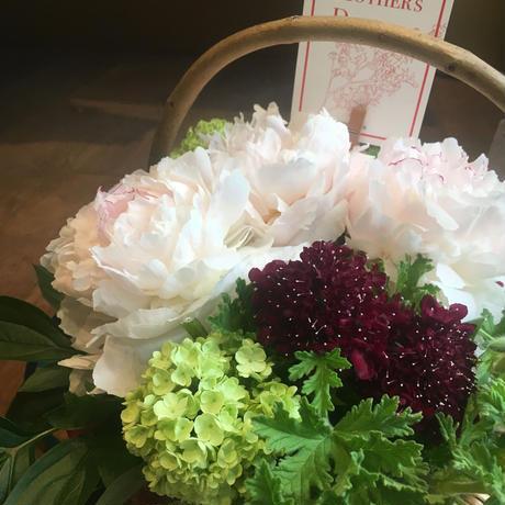 《母の日ギフト》芍薬とゼラニウムの香りのバスケットアレンジメント(生花)