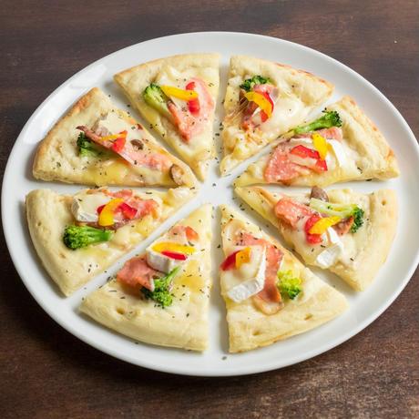 【MIRAI restaurant&cafe】サーモンとカマンベールチーズのピザ (ハーフ)