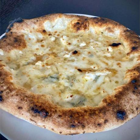 【レストラン アルマーレ】シェフの釜焼きピザ クワトロフォルマッジ