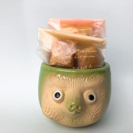 忠左衛門オリジナル手作り狸カップ(黄緑)と山田牧場さんのお菓子セット