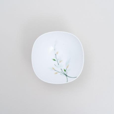 青磁釉染笹文波型小鉢