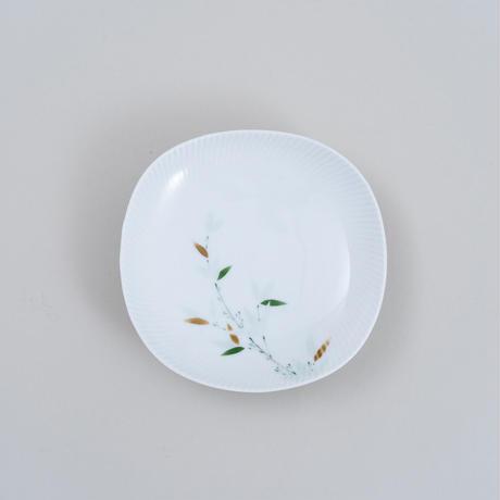 青磁釉染笹文波型銘々皿
