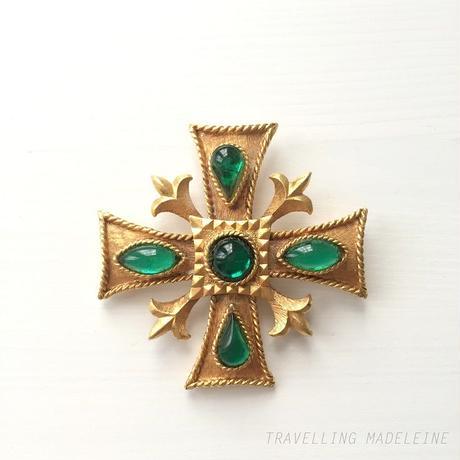 グリーンカボション & ゴールド十字架 ブローチ Gold Cross & Green Cabouchon Brooch (Su18-41B)