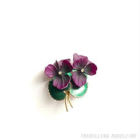 1950's Plastic Violet & Enamel Leaf Brooch プラスチック スミレ & エナメルリーフ ブローチ(W18-294B)