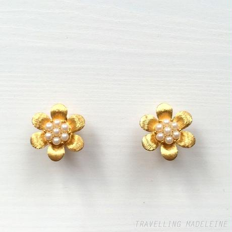 TRIFARI  1950-60's Gold Flower + Seed Pearl Clip Earrings ゴールドフラワー & 小粒パール クリップイヤリング(Sp18-67E)