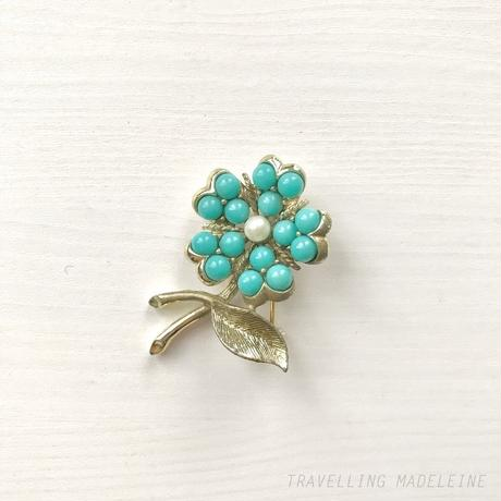 SARAH COVENTRY 1960's Turquoise & Pearl Flower Brooch ルーサイトターコイズ & パール フラワー ブローチ(W18-77B)