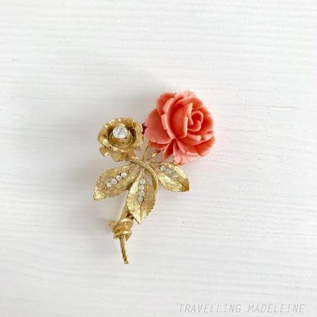 BSK 1960's Faux Coral Rose & Gold Leaf Rhinestone Brooch フォーコーラル バラ & ゴールドリーフ ブローチ(W18-228B)