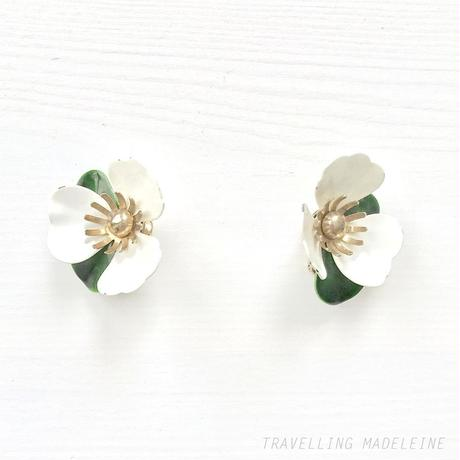 "SARAH COVENTRY 1969 ""Tahitian"" Enamel White Flower Clip Earrings エナメル白いお花のクリップイヤリング(A19-22E)"