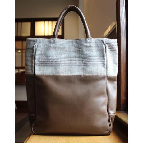 絹と革の縦型トートバッグ