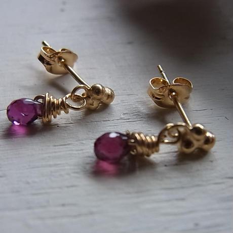 小さなpierced earrings・・・ロードライトガーネット