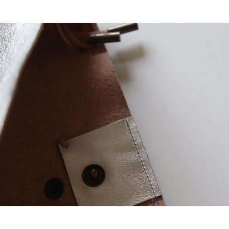 メタリックシルバー牛革のサコッシュ