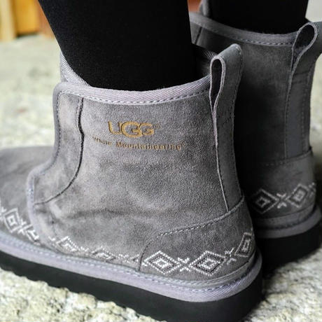 White Mountanieering × UGG EMBROIDERED FRONT GORE BOOTS