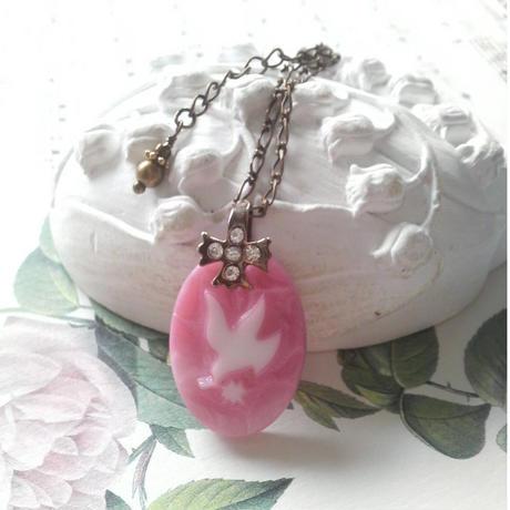 ヴィンテージ DoveとOliveの葉(White/Pink)ネックレス
