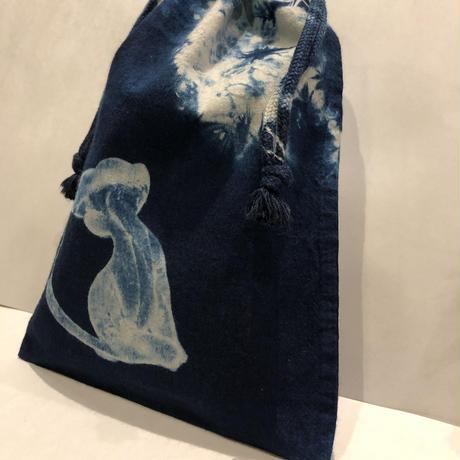 藍染め巾着「たそがれ猫」型染め デザイン