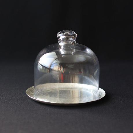 鎚目模様の錫銀色トレイとガラスドーム