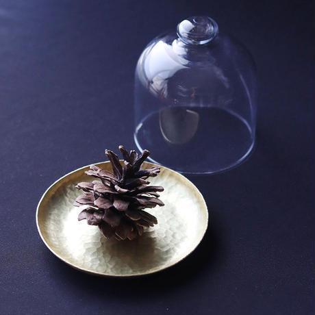 鎚目模様の真鍮トレイとガラスドーム