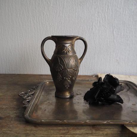 un vase  à fleurs