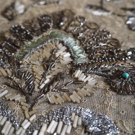 fragment de robe brodé des perles