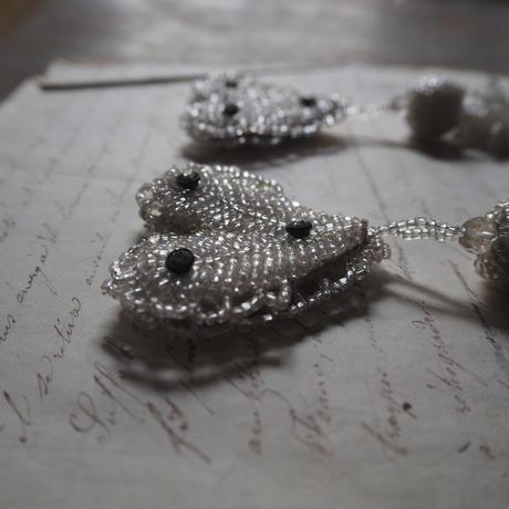 un pompon en perles de verre