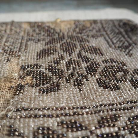 un sac  brodé  de perles