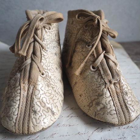 les chaussures   pour  bébé   a
