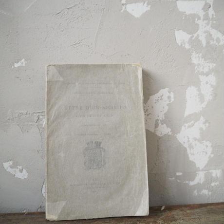 グラシン紙に包まれた古書