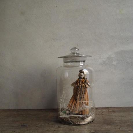 Poupée dans une robe en papier