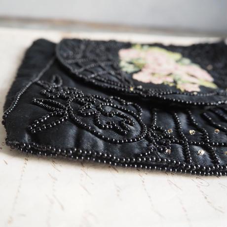 un sac brodé de perles noir