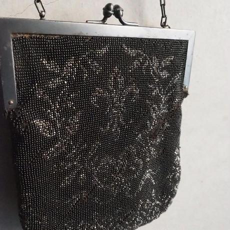 un sac à motif fleur de lis