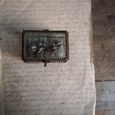 une boite  à  bijoux  b