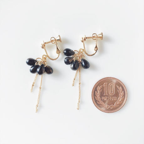 Grass beas earring. black