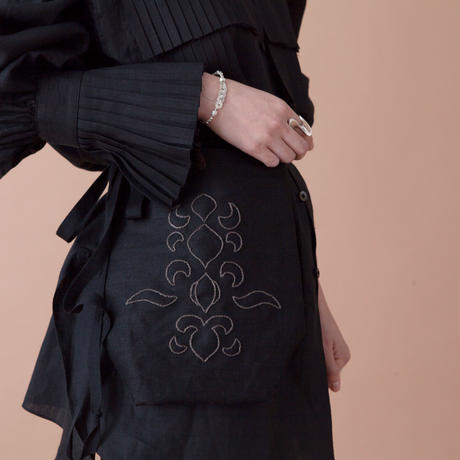 karakusa embroidery apron bag  BLACK