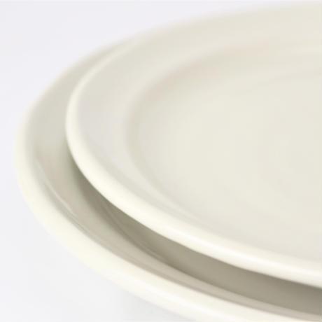 アイボリ-(リム付)8.5丸皿    く09-065-28 寸法:25.5φ×3.5H㎝ 700g