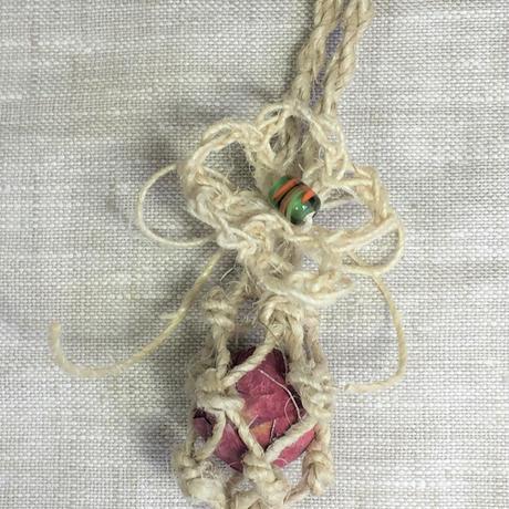 アイダミホコ 花飾り付き蜜蝋ビーズインテリアペンダント 蜜蝋ビーズカラー:レッド 全長:約42cm