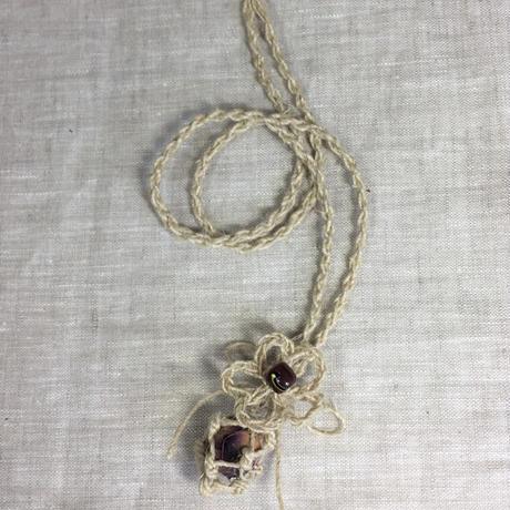 アイダミホコ 花飾り付き蜜蝋ビーズインテリアペンダント 蜜蝋ビーズカラー:アンティークレッド  全長:約42cm