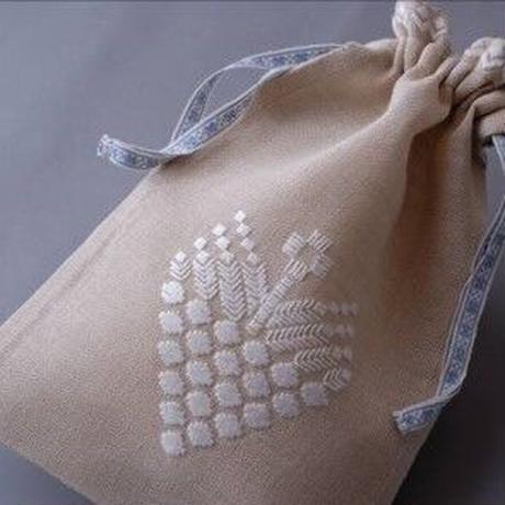 白糸刺繍「白い花とつぼみのポーチ」【刺繍キット】