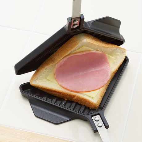 【食パン1枚でホットサンド!】ありそうで無かったホットサンドメーカー「焼き目がサクサク ホットサンドメーカー ライト」