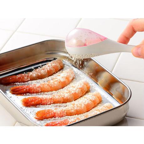 【人生が変わる料理道具掲載!】キッチンも手も汚さず粉を振ることができる魔法の粉ふるい