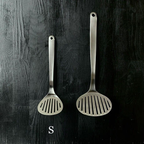【人生が変わる料理道具掲載】柳宗理デザインの美しすぎる丸形フライ返しSサイズ(ターナーS)