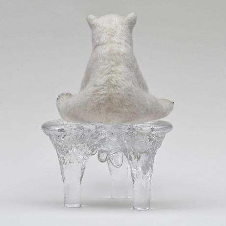座るシロクマの子ども 氷の台座付き