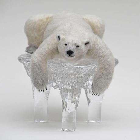 寝そべるシロクマ 氷の土台付き