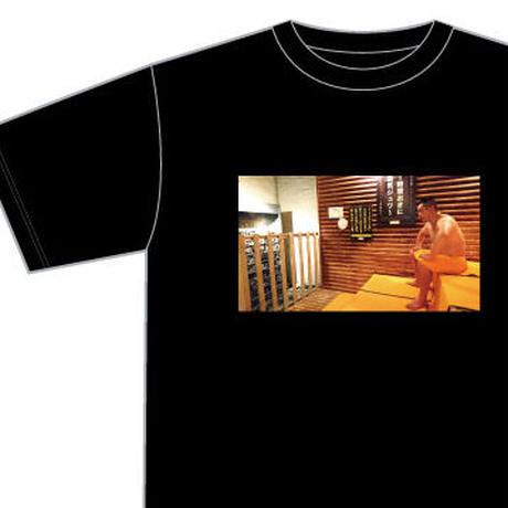 【サウナ熱波師Tシャツ】井上勝正がサウナに入っているTシャツ。それだけで何故か胸が熱い。 これぞサウナそのもの。