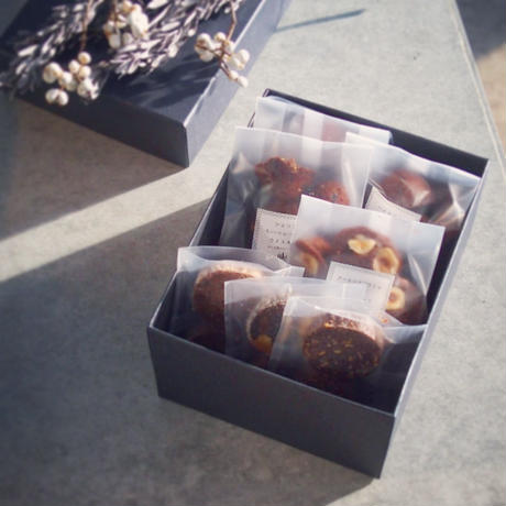 üks【バレンタイン焼菓子ギフトボックス】スクエア(L)フィナンシェ4種、クッキー3種