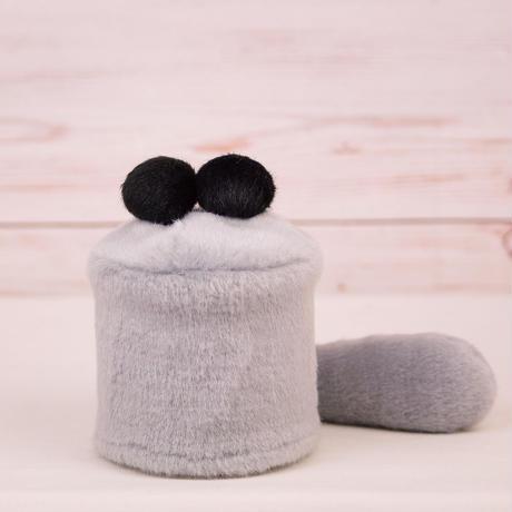 ペット用骨壺カバー / サイズ:3寸 / ベース:グレー / ボンボン:黒・黒 / しっぽ:グレー(S031)